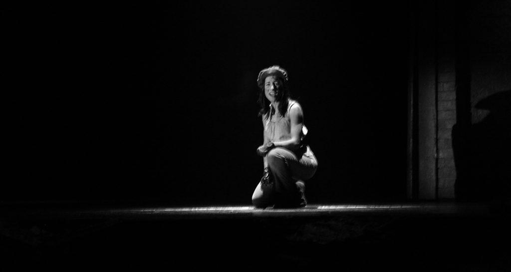 Daiana Liparoti cantando On My Own (Sola Estoy) en el escenario de Les Mis.