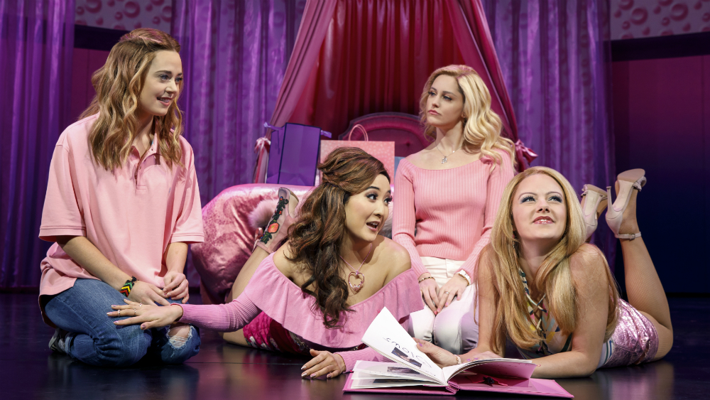 Mira al elenco de Mean Girls cantarle a Regina George