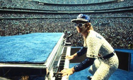 La verdadera presentación de Elton en traje de béisbol