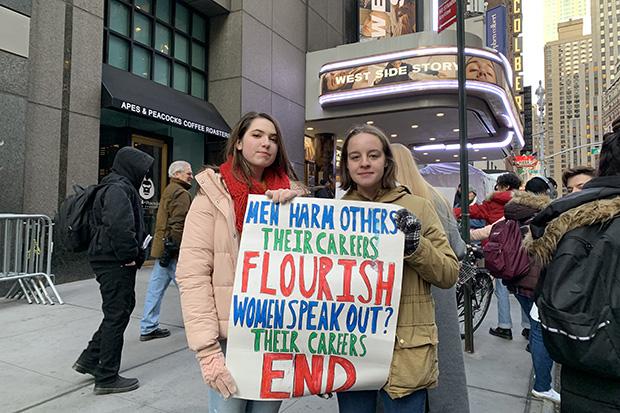 Manifestantes afuera de West Side Story en Nueva York