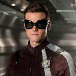 Corren a actor de Flash por tuits homofóbicos y racistas